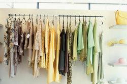 Kleidungsstücke kann man hinhängen.