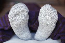 Dicke Socken können auch bei kalten Beinen helfen.