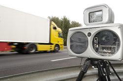 Der Toleranzabzug bei Geschwindigkeitsüberschreitungen kommt Ihnen besonders außerorts zugute.