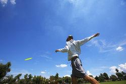 Bewegt sich eine Frisbeescheibe translatorisch oder rotatorisch?