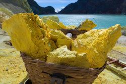 Die gelbe Farbe ist typisch für das Element Schwefel.
