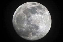 Der Mond wechselt in regelmäßigen zeitlichen Abständen sein Erscheinungsbild.