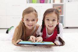 Bei der Nutzung von Tablets sollten Kinder vor nicht kindgerechten Inhalten geschützt werden.