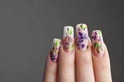 Auf künstliche Fingernägel sollten Sie bei brüchigen Nägeln eher verzichten.