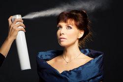 Haarspray sollte nur möglichst sparsam verwendet werden.