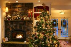 Aus dem Paradiesbaum wurde der Tannenbaum, der zu Weihnachten festlich geschmückt wird.