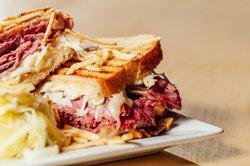 Probieren Sie ein leckeres Reuben Sandwich.