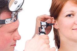 Bei Ohrenschmerzen zum HNO-Arzt.