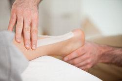 Ein Tapeverband stabilisiert den Fuß.
