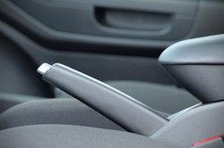 Das Bremsseil wird rechts und links mit der Bremstrommel der Hinterräder verbunden.