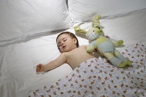 Babys hilft es, im Dunkeln zu schlafen.