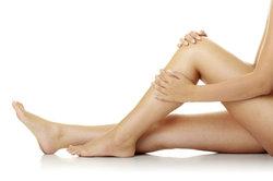 Schmerzen in den Waden können verschiedene Ursachen haben.