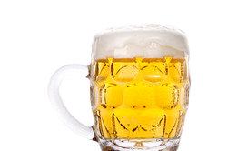 Bier kann unterschiedliche Volumenanteile an Alkohol aufweisen.