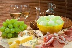 Für die Herstellung von Weißweinessig wird heller Traubenwein verwendet.