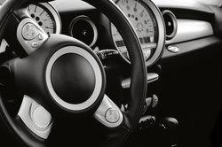 Moderne Fahrzeuge sind mit einer Lenkradfernbedienung ausgestattet.