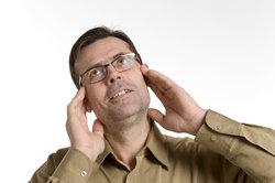 Das Massieren der Ohren fördert deren Durchblutung und hebt die Stimmung.