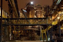 Stahl wird im industriellen Hochofenverfahren hergestellt.