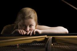 Die richtige Körperhaltung spielt beim Klavierspielen eine wichtige Rolle.