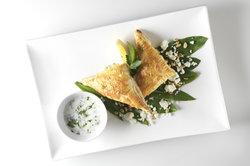Blätterteig schmeckt auch herzhaft gefüllt mit Käse oder Kräuterquark.