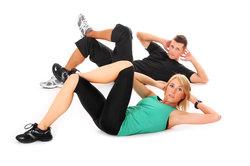 Sit-ups können den Leistungsumsatz erhöhen.