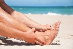 Ein Krampf an den Füßen kann zum Schienbein hochziehen.