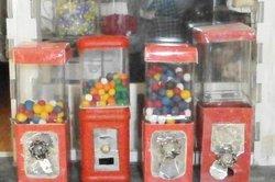 Kaugummiautomaten lassen sich aus Portionsfläschchen von Schnaps herstellen.