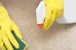 Einen Acrylfarbfleck sollten Sie immer möglichst schnell entfernen