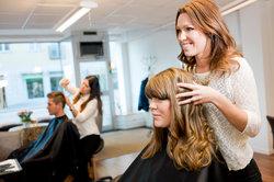 Friseure haben viel Kontakt zu Menschen.
