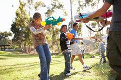 Es gibt zahlreiche Wasserspritzpistolen für Kinder und Erwachsene.