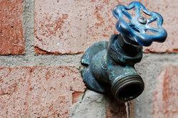 Ein Hochdruckreiniger darf nicht einfach ans Trinkwasser angeschlossen werden.