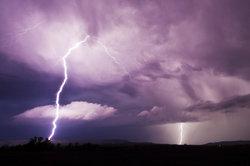 Wetterleuchten entsteht durch entfernte Blitze.