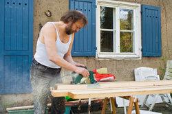 Ein Carport aus Holz mit transparentem Dach wirkt leicht und luftig.