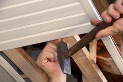 Zum Abhängen von Decken kann man Holz aber auch U-Profile verwenden.