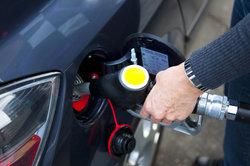 Wenn man Benzin im Auto riecht, kann dies verschiedene Ursachen haben.