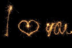 Romantische Liebesbekundungen oder herzliche Glückwünsche am Himmel können Sie leicht selbst machen.