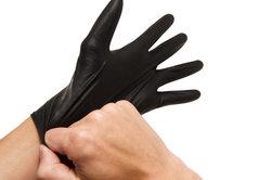 Schwarze Gummihandschuhe sind Grundlage für die nachgebastelten Laser-Hingucker.