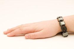 Ein Magnetarmband ist ein Schmuckstück, das auch eine medizinische Wirkung haben kann.