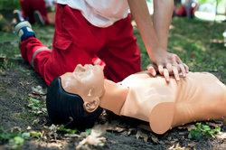 Bei der Herzmassage kommt es auf jede Minute an, sonst drohen schwere Gehirnschäden.
