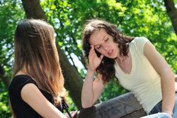Ausbildung durchziehen oder abbrechen? Um eine richtige Entscheidung zu treffen, reden Sie mit Ihren Freunden oder der Familie.