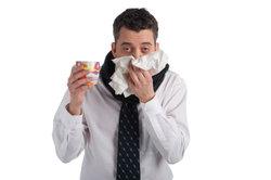 Bei Erkältung und Halsschmerzen kann das Gurgeln mit Salzwasser Wunder bewirken.