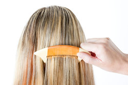 Komplett durchgesträhnt wirken Haare besonders frisch.