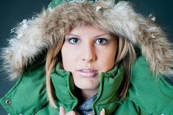 Es gibt Winterjacken mit Fell-Kapuze.