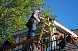 Dacharbeiten können gefährlich sein.