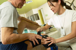 Krankengymnastik gehört zur Nachbehandlung nach einer Meniskusoperation.
