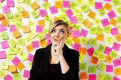 Durch das Aufschreiben von Gedanken kann man eine Denkblockade lösen.