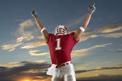 In Erfolgspose - auch dieser American-Football-Spieler trägt ein Handtuch am Gürtel.