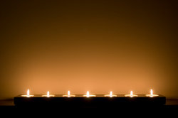 Ein romantisches Bad bereiten Sie mit vielen Kerzen vor.