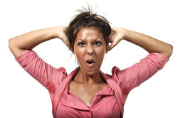 Zu enge Kleidung kann zu Schweißdrüsenentzündungen führen.