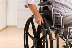 Schwerbehinderte können einen Schwerbehindertenausweis beantragen.