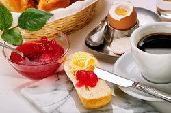 Morgens schmeckt ein reichhaltiges Frühstück.